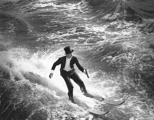 Hulton Archive「WATERSKIING IN TAILS」:写真・画像(4)[壁紙.com]