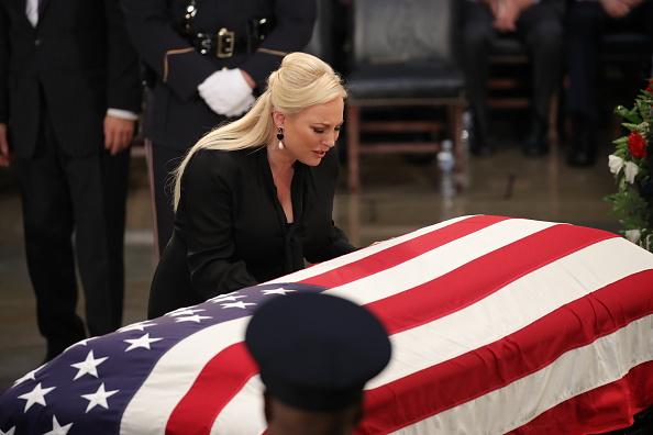Drew Angerer「Sen. John McCain (R-AZ) Lies In State In The Rotunda Of U.S. Capitol」:写真・画像(7)[壁紙.com]