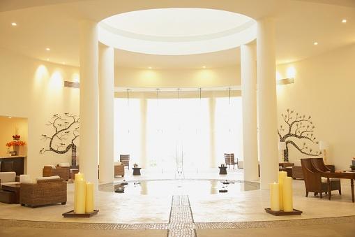 リゾート「Sunlit resort hotel lobby」:スマホ壁紙(5)