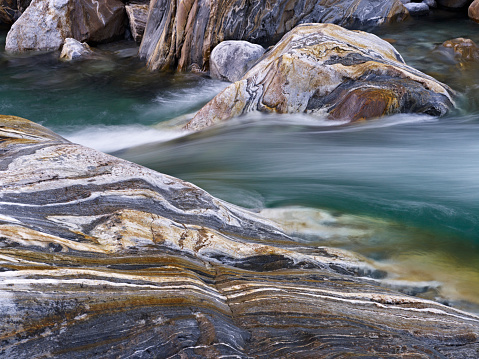 Water's Edge「Turquoise River and Colourful Rock Strata in Verzasca Valley, Ticino, Switzerland」:スマホ壁紙(14)