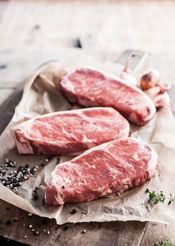 Beef「Raw steaks on butcher paper with pepper」:スマホ壁紙(15)