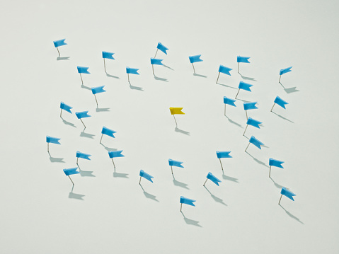 Surrounding「Several blue push pin flags surrounding a yellow one」:スマホ壁紙(19)
