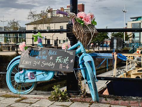 自転車「Blue bicycle flowered announcing a Sunday Market」:スマホ壁紙(4)