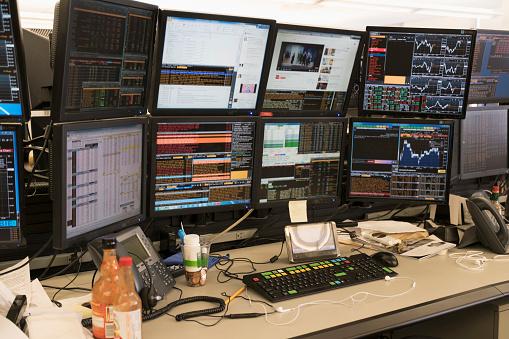 株式市場「Desk with arrangement of computer monitor」:スマホ壁紙(13)