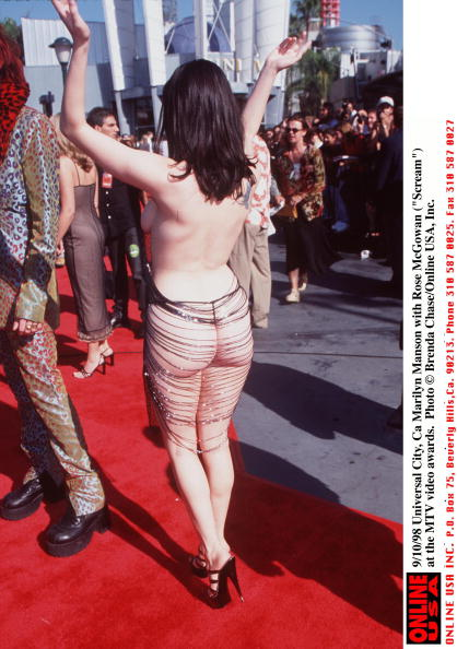 "MTV「9/10/98 Universal City, Ca Marilyn Manson with Rose McGowan (""Scream"") at the MTV awards..」:写真・画像(6)[壁紙.com]"