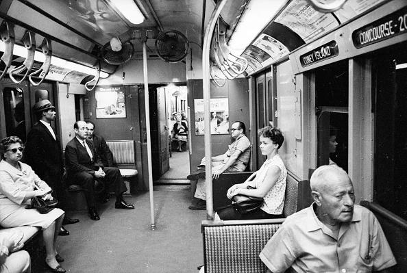 Transportation「Subway Passengers」:写真・画像(3)[壁紙.com]