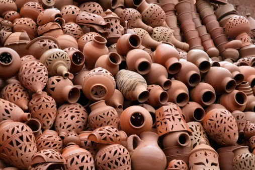 Atlas Mountains「Ornate pots stacked outside pottery in Morocco.」:スマホ壁紙(6)