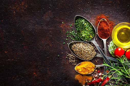 Indian Food「Cooking and seasoning backgrounds: spices and herbs in vintage spoons shot from above on rustic brown table」:スマホ壁紙(15)