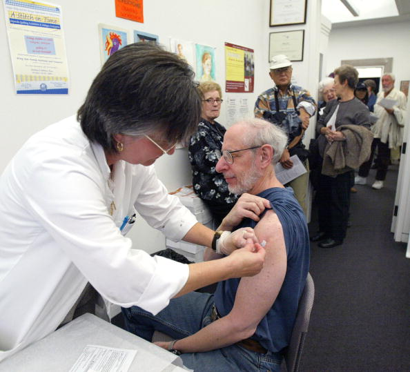 Crowd「Chicago Clinic Gives Flu Shots To At-Risk And Elderly」:写真・画像(11)[壁紙.com]