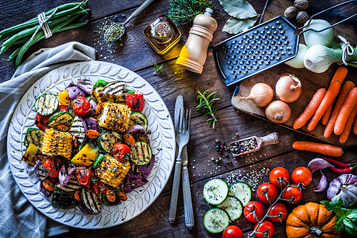 Side Dish「Grilled vegetables plate shot from above on rustic wooden kitchen table」:スマホ壁紙(12)