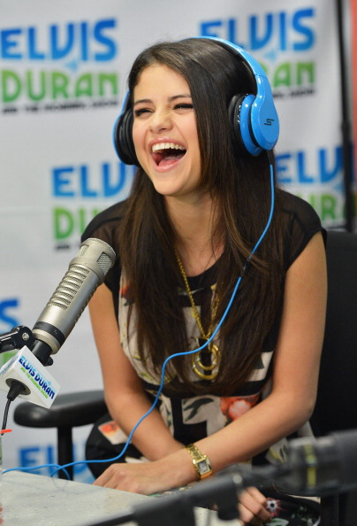 Laughing「Selena Gomez Visits Elvis Duran Z100 Morning Show」:写真・画像(19)[壁紙.com]