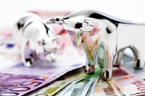 Figurine「Bull and bear figurine on euro banknotes, close-up」:スマホ壁紙(17)