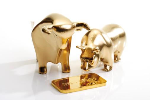 Conformity「Bull and bear sculptures by gold bar」:スマホ壁紙(6)