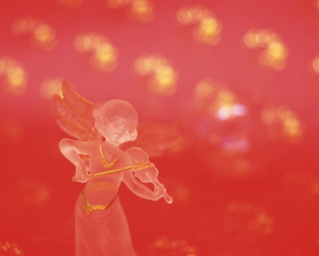 Figurine「Glass angel playing violin, front view, red background」:スマホ壁紙(14)