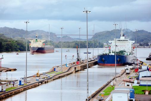Central America「Panama, Panama City, Ship in canal lock」:スマホ壁紙(14)