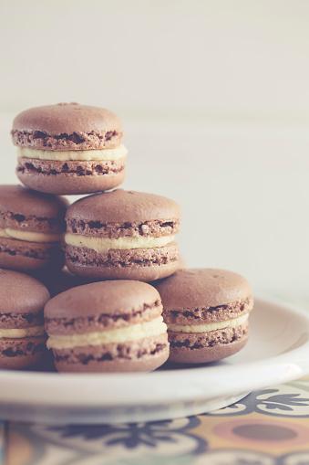Macaroon「Plate of chocolate macaroons」:スマホ壁紙(11)