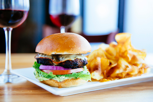 Hamburger「Plate of cheeseburger and chips with wine」:スマホ壁紙(9)
