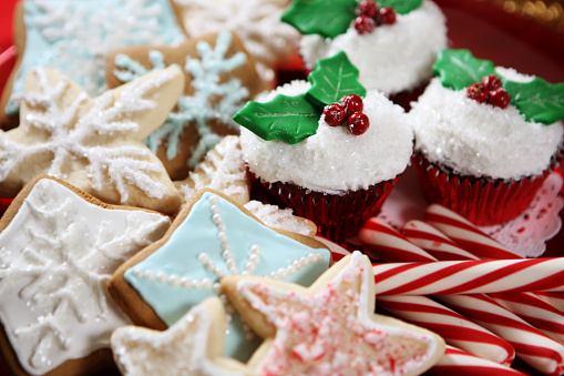 Gingerbread Cookie「A plate of Christmas cookies, cupcakes and candy canes」:スマホ壁紙(4)