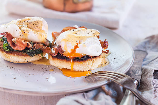 Egg Benedict with english muffins, poached eggs, ham, braised spinach, and Hollandaise:スマホ壁紙(壁紙.com)