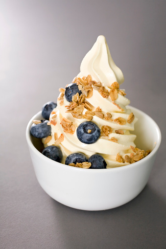 Food Court「Bowl of frozen yogurt with blueberries and granola」:スマホ壁紙(8)