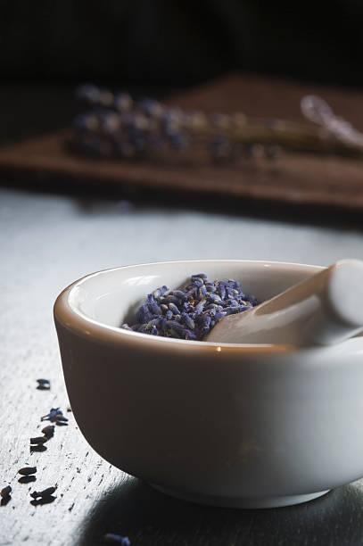 Lavender in a mortar, Lavandula angustifolia:スマホ壁紙(壁紙.com)