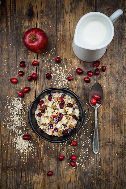 Muesli with puffed quinoa, wholemeal oatmeal, raisins, dried cranberries and apple:スマホ壁紙(壁紙.com)