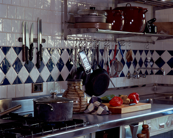 Cutting Board「Cluster of kitchenware on a counter」:写真・画像(5)[壁紙.com]