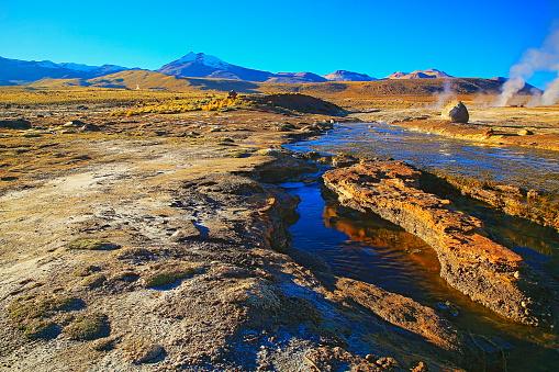 Bolivian Andes「Dramatic Landscape: Tatio Geysers river stream at sunrise and Idyllic Atacama Desert steppe, snowcapped Volcanic landscape panorama – San Pedro de Atacama, Chile, Bolívia and Argentina border」:スマホ壁紙(1)
