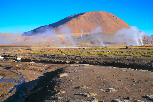 Atacama Region「Dramatic Landscape: Tatio Geysers erupting fumes and river stream at sunrise and Idyllic Atacama Desert steppe, Volcanic landscape panorama – San Pedro de Atacama, Chile, Bolívia and Argentina border」:スマホ壁紙(16)