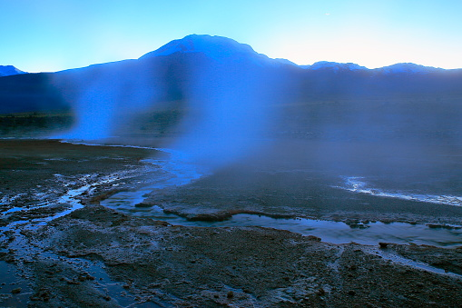 Bolivian Andes「Dramatic Landscape: Tatio Geysers log exposure fumes, river stream at sunrise and Idyllic Atacama Desert steppe, snowcapped Volcanic landscape panorama – San Pedro de Atacama, Chile, Bolívia and Argentina border」:スマホ壁紙(10)