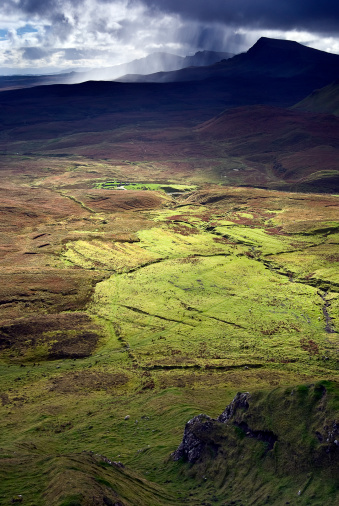 Quirang「Dramatic Landscape and a Distant Downpour Along a Trail at the Quiraing on the Isle of Skye, Scotland」:スマホ壁紙(19)