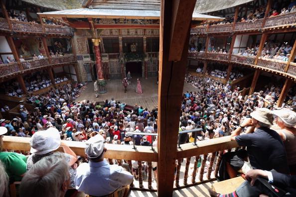舞台芸術「Theatregoers Enjoy The Sunshine During A Performance At The Globe」:写真・画像(13)[壁紙.com]