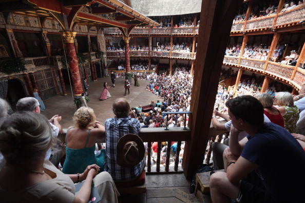 Audience「Theatregoers Enjoy The Sunshine During A Performance At The Globe」:写真・画像(8)[壁紙.com]