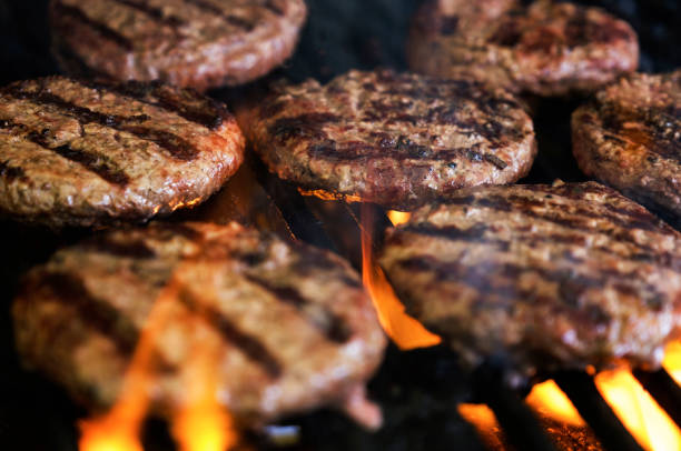 Hamburgers on barbeque grill:スマホ壁紙(壁紙.com)