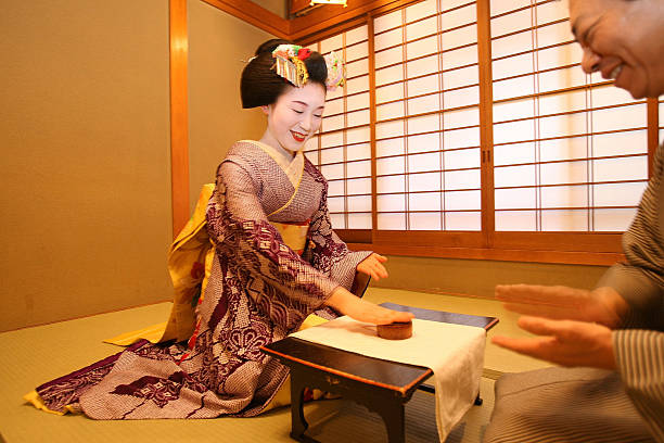 Maiko and Geisha Play Teahouse Entertainment.:ニュース(壁紙.com)