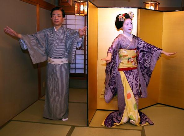 茶室「Maiko And Geisha Play Teahouse Entertainments」:写真・画像(15)[壁紙.com]
