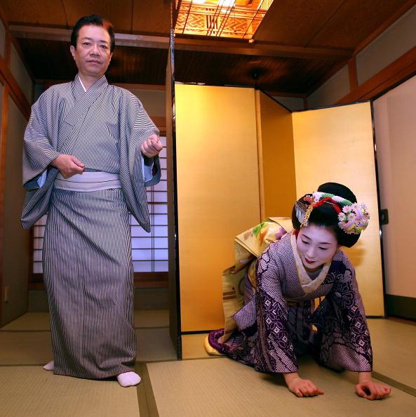 茶室「Maiko And Geisha Play Teahouse Entertainments」:写真・画像(16)[壁紙.com]
