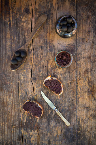 Tapenade「Black olives and slices of white bread with olive paste」:スマホ壁紙(15)