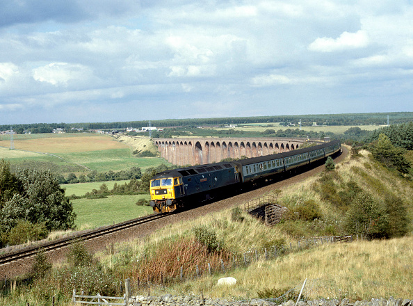 United Archives「Highland Line. No.47.562 comes off Culloden Moor Viaduct with the 14.15 ex Inverness for Edinburgh. 2.9.88」:写真・画像(15)[壁紙.com]