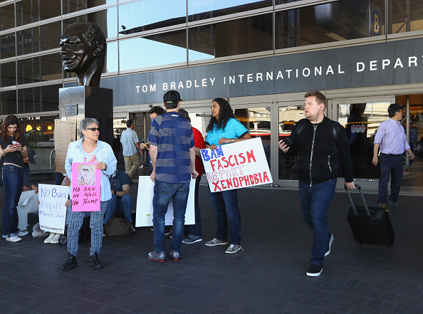 LAX Airport「People Protest Travel Ban at LAX Airport」:写真・画像(11)[壁紙.com]