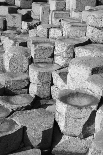 Stepping stones of Giant's Causeway in black & white.:スマホ壁紙(壁紙.com)