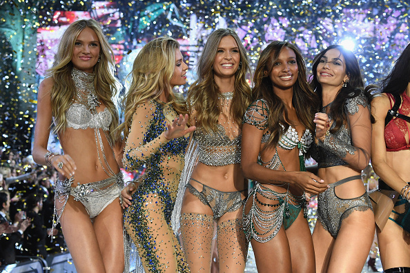 ファッションショー「2016 Victoria's Secret Fashion Show in Paris - Show」:写真・画像(9)[壁紙.com]