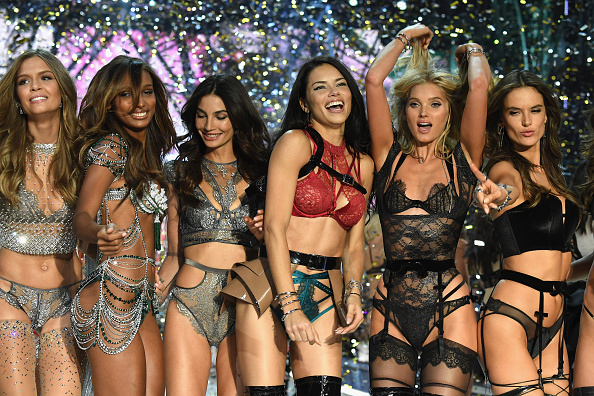 数人「2016 Victoria's Secret Fashion Show in Paris - Show」:写真・画像(6)[壁紙.com]