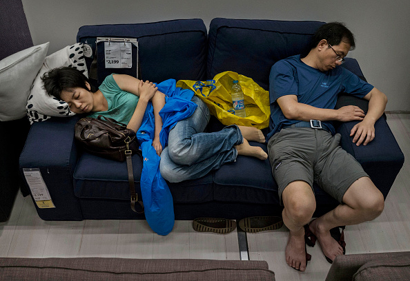 Sofa「Chinese Shoppers Make The Most Of IKEA's Open Bed Policy」:写真・画像(10)[壁紙.com]