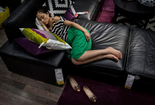 Sleeping「Chinese Shoppers Make The Most Of IKEA's Open Bed Policy」:写真・画像(5)[壁紙.com]