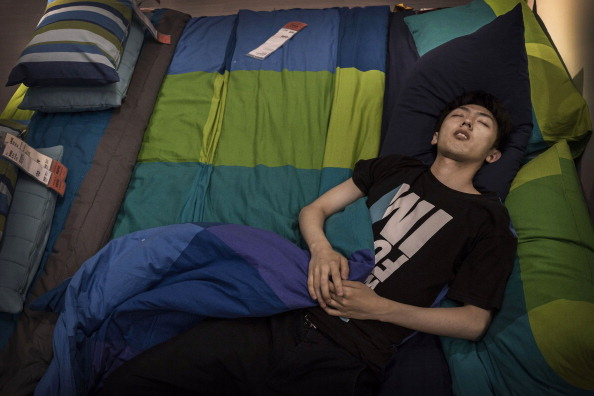 Sleeping「Chinese Shoppers Make The Most Of IKEA's Open Bed Policy」:写真・画像(18)[壁紙.com]