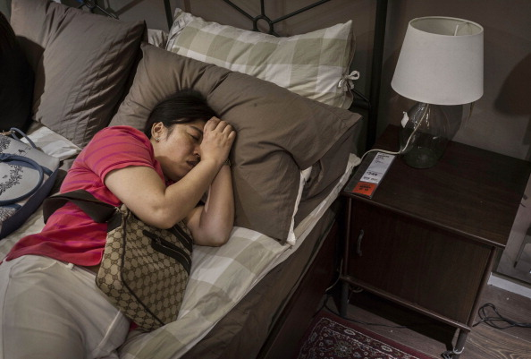 Sleeping「Chinese Shoppers Make The Most Of IKEA's Open Bed Policy」:写真・画像(8)[壁紙.com]