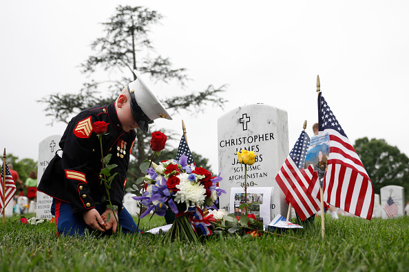 Aaron P「Memorial Day Visitors Pay Their Respects To The Fallen At Arlington Nat'l Cemetery」:写真・画像(16)[壁紙.com]