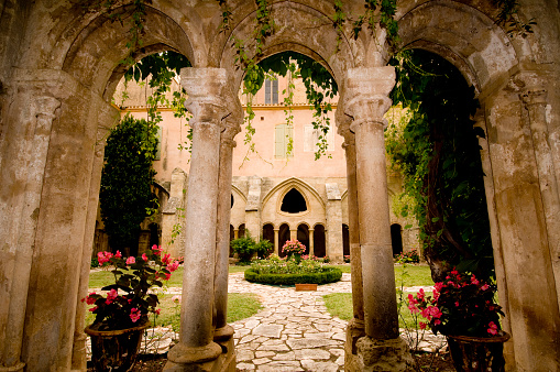 Abbey - Monastery「Fountain in cloisters of Abbey of Valmagne, Languedoc-Roussillon, France」:スマホ壁紙(14)