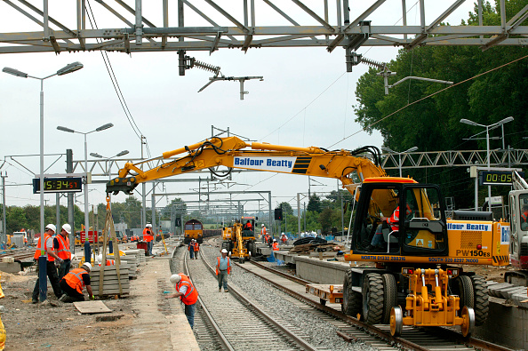 Railroad Track「New platform coping stones being lifted into position during the modernisation of Tring station during the West Coast Main Line upgrade. June 2004.」:写真・画像(2)[壁紙.com]
